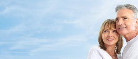Gelukkig lachend ouderen senioren paar onder de blauwe hemel