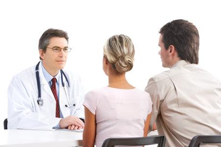 pacjent: Lekarz i para młodych pacjentów. Izolowane nad białym tle  Zdjęcie Seryjne
