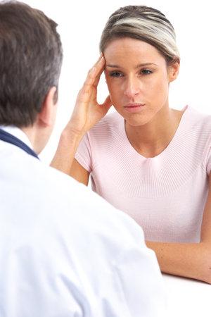 Pacjent: Lekarz medycyny i młoda kobieta pacjenta. Izolowane nad białym tle