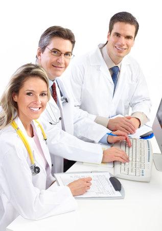 doctor verpleegster: Lachende artsen met een computer werkt. Geïsoleerd op witte achtergrond