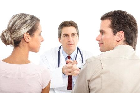 Pacjent: Lekarz medycyny i młodych pacjentów. Izolowane nad białym tle