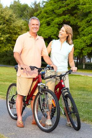 ancianos felices: Pareja de personas mayores de edad feliz ciclismo en Parque