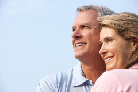 公園で幸せな高齢者高齢者のカップル