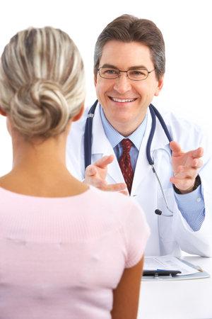 salud sexual: M�dico y paciente joven. Aislados sobre fondo blanco