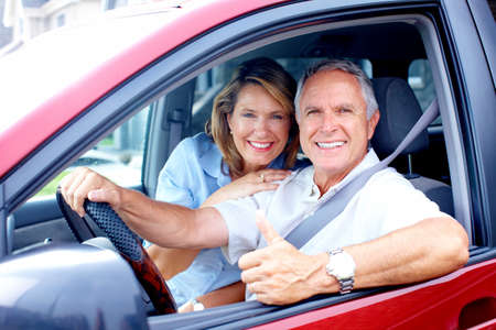 Glimlachend gelukkig bejaarde echt paar in de auto