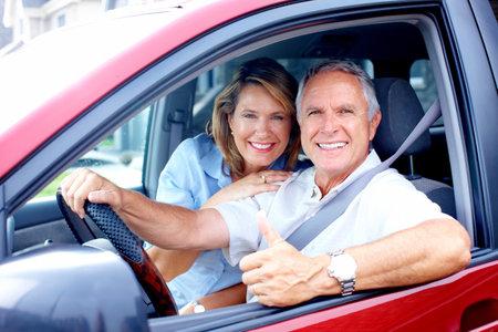 ancianos felices: Sonriente la feliz pareja de ancianos en el coche  Foto de archivo