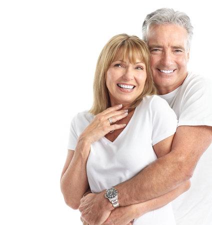 mujeres mayores: Las personas de edad feliz pareja de enamorados. Dientes sanos. Aislados sobre fondo blanco