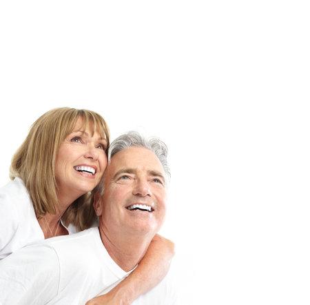 tercera edad: Las personas de edad feliz pareja de enamorados. Dientes sanos. Aislados sobre fondo blanco