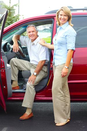 mujeres ancianas: Sonriendo feliz pareja senior en el coche