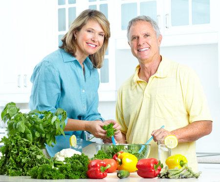 Gelukkig senioren paar koken in de keuken