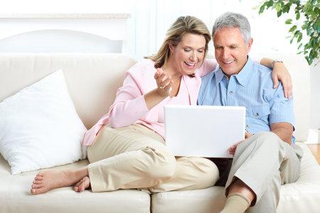 Senior paar werken met laptop thuis  Stockfoto