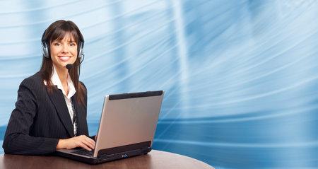 Mooie zaken vrouw met hoofd telefoon. Over blauwe achtergrond   Stockfoto