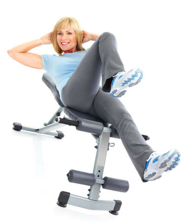 gimnasia: Gimnasio & fitness. Sonriente anciana trabajando. Aislados sobre fondo blanco