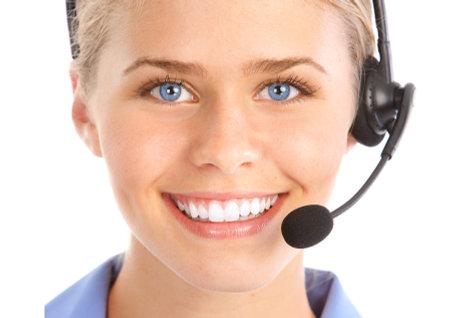 美しいビジネス ヘッドセットを持つ女性。コール センターのオペレーター。白い背景の上 写真素材