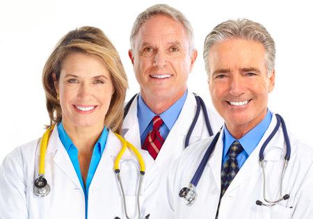 doctores: Doctores en medicina sonrientes con el estetoscopio. Aislados sobre fondo blanco