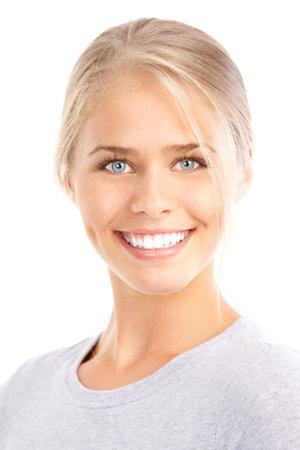 Mooie jonge lachende vrouw. Geïsoleerd op witte achtergrond  Stockfoto