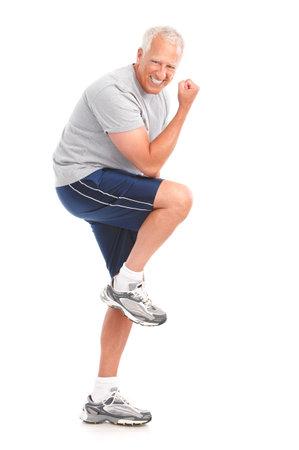 man working out: Gimnasio & fitness. Sonriente anciano trabajando. Aislados sobre fondo blanco