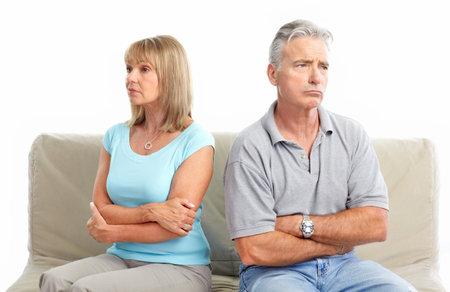 Triest bejaarde echt paar. Echtscheiding. Geïsoleerd op witte achtergrond