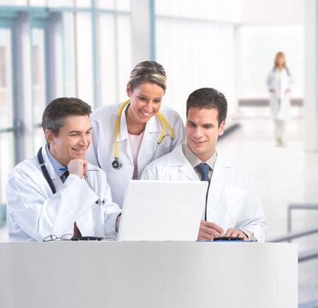 コンピューターでの作業の聴診器と笑みを浮かべて医師。