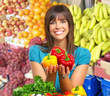 potherbs: Joven sonriente con frutas y verduras.  Foto de archivo
