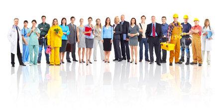 trabajadores: Gran grupo de sonriente personas de los trabajadores. Sobre fondo blanco  Foto de archivo