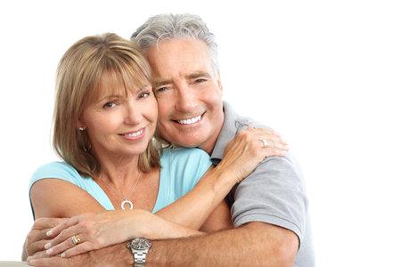 Gelukkig senioren paar in de liefde. Gezonde tanden. Geïsoleerd op witte achtergrond