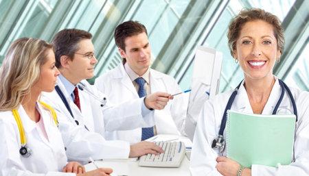 laboratorio clinico: Doctores en medicina sonrientes con estetoscopios, trabajando con el equipo.