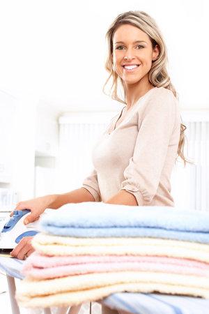 tela blanca: Feliz hermosa joven planchado de ropa. Tareas dom�sticas