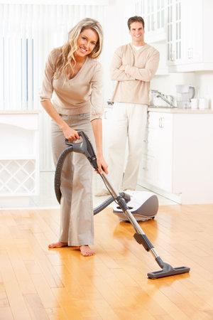 pareja en casa: Trabajo de c�mara, aspiradora, la joven pareja, la casa, la cocina. Tareas dom�sticas