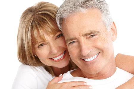 dientes sanos: Las personas de edad feliz pareja de enamorados. Dientes sanos. Aislados sobre fondo blanco