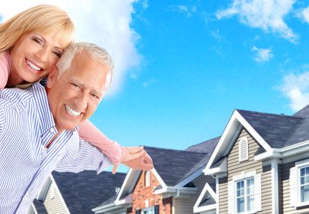 property insurance: Sonriendo a personas mayores de edad feliz pareja cerca de la casa