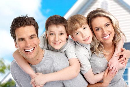 Jeune famille près de la maison neuve. Concept immobilier
