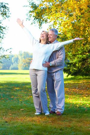 ancianos caminando: Pareja de personas mayores de edad feliz en Parque