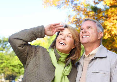 prendre sa retraite: Les a�n�s �g�es heureux couple dans le parc