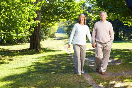 anciano feliz: Pareja de personas mayores de edad feliz en Parque