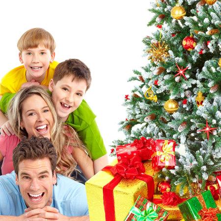 Familie en een kerst boom. Op witte achtergrond  Stockfoto