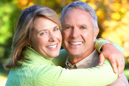 pareja saludable: Pareja de personas mayores de edad feliz en Parque