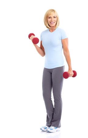 mujeres ancianas: Gimnasio & fitness. Sonriente anciana trabajando. Aislados sobre fondo blanco