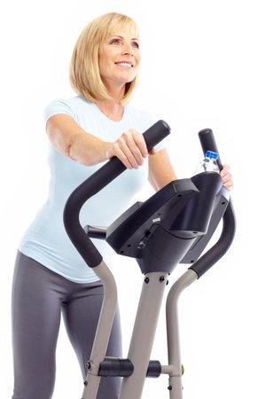 Gimnasio & fitness. Sonriente anciana trabajando. Aislados sobre fondo blanco