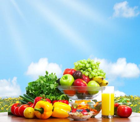potherbs: Hortalizas y frutas bajo cielo azul