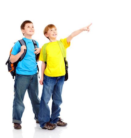 Gelukkig lachend school jongens. Geïsoleerd op witte achtergrond
