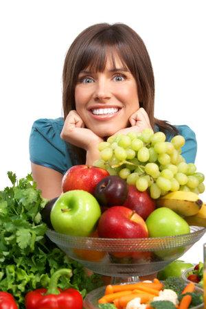 potherbs: Joven sonriente con frutas y verduras. Sobre fondo blanco