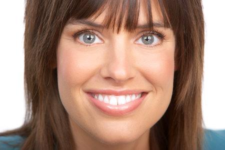 dientes sanos: Hermosa joven sonriente. Aislados sobre fondo blanco  Foto de archivo