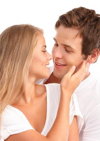 parejas felices: Happy sonriente pareja de enamorados. Sobre fondo blanco  Foto de archivo