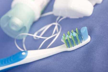 Des dents brushe, de pâte et de soie. Sur fond bleu  Banque d'images - 7955809
