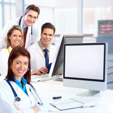 uniformes de oficina: M�dicos sonrientes con estetoscopios, trabajando con el equipo.