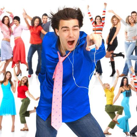 personas escuchando: Hombre joven feliz con reproductor de mp3 y los j�venes  Foto de archivo