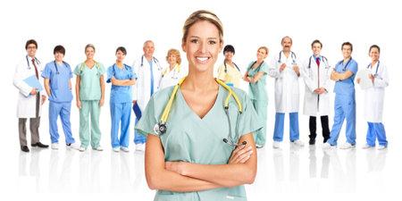 quirurgico: M�dicos sonrientes con estetoscopios. Aislados sobre fondo blanco