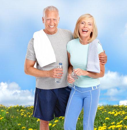 pareja saludable: Feliz superior pareja de ancianos relajante en el Parque