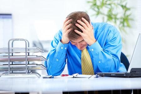 hard worker: uomo d'affari con lo stress in ufficio